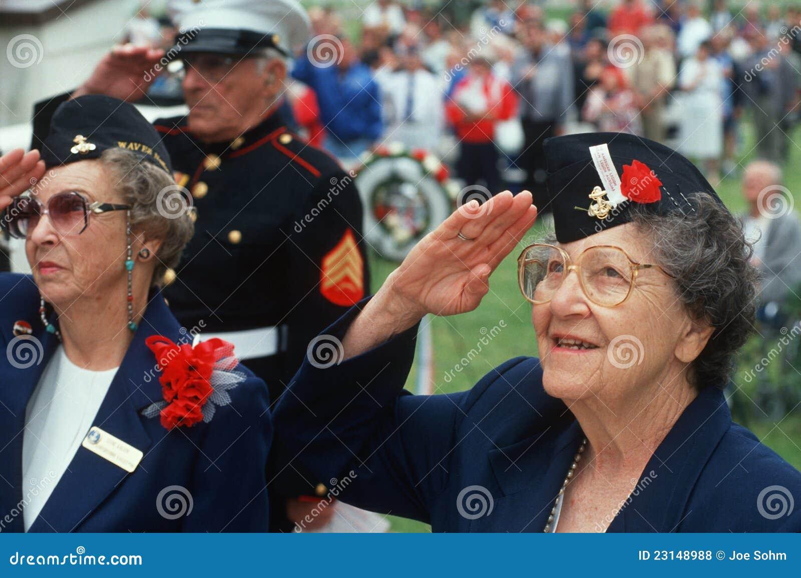 Salutation de vétérans de femmes