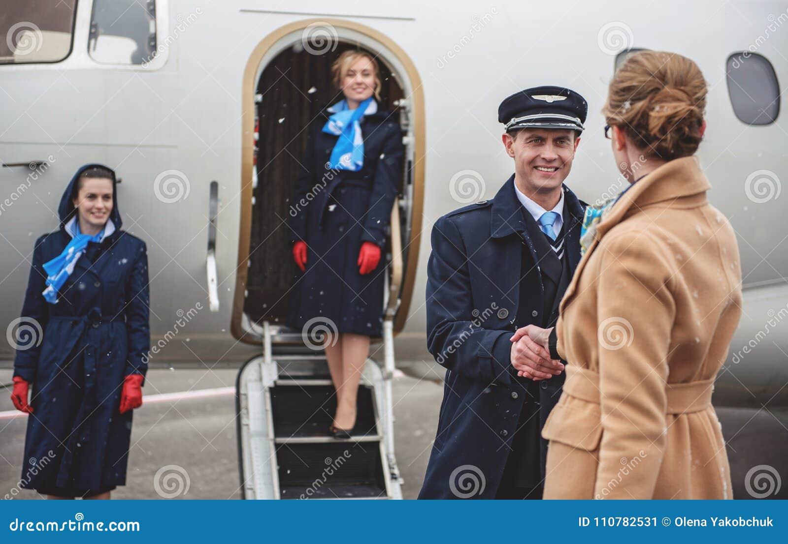 Salutation pilote sortante avec la femelle