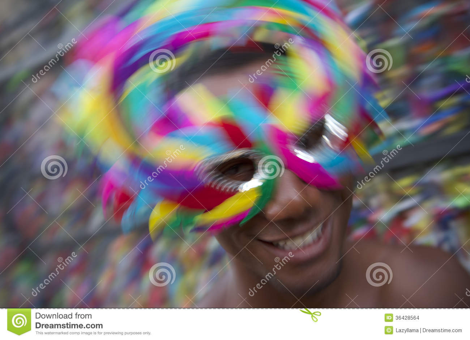 Salvador Carnival Samba Dancing Brazilian man som ler i färgrik maskering