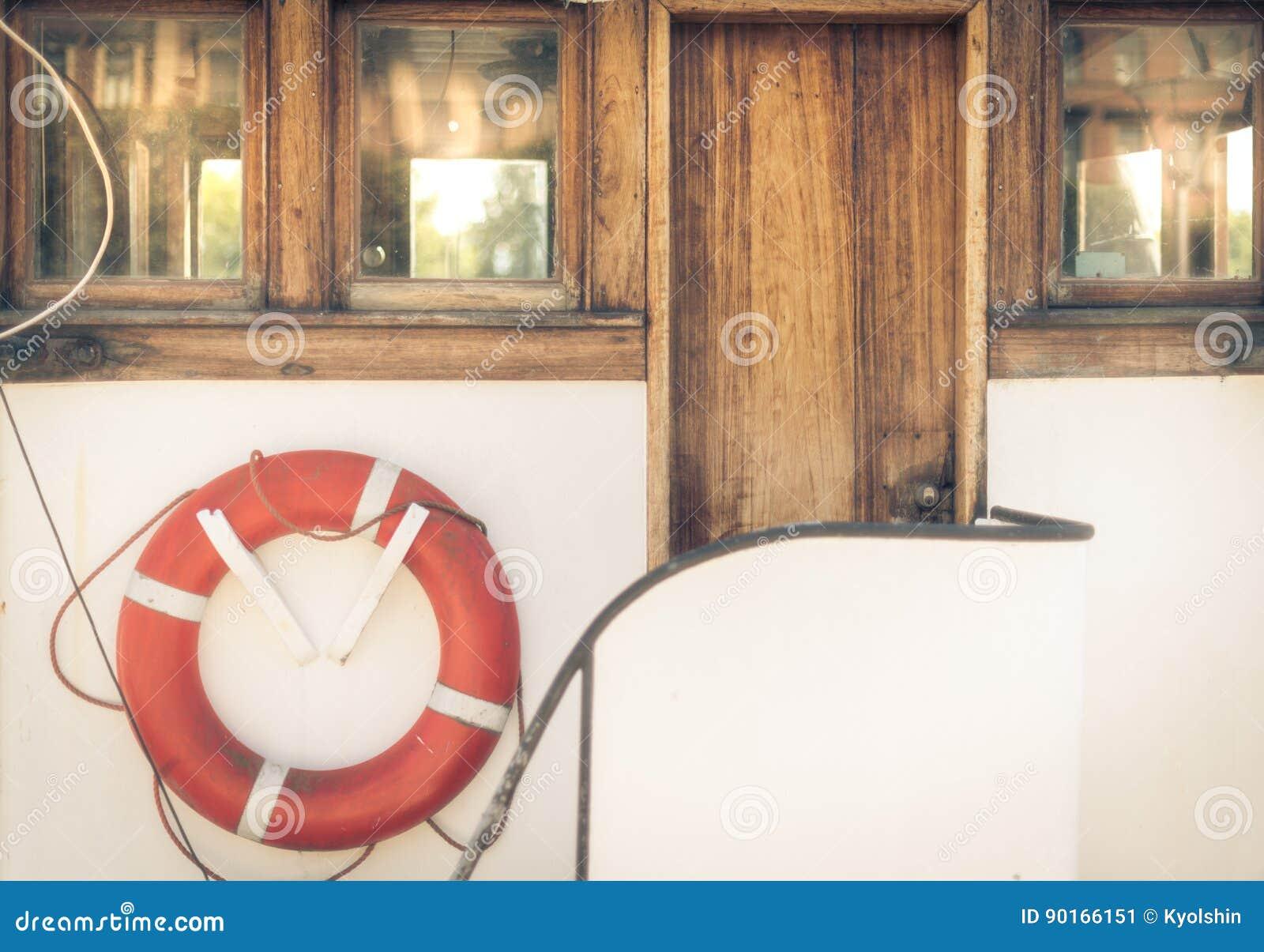 Salvagente arancio sulla barca bianca d annata in porto