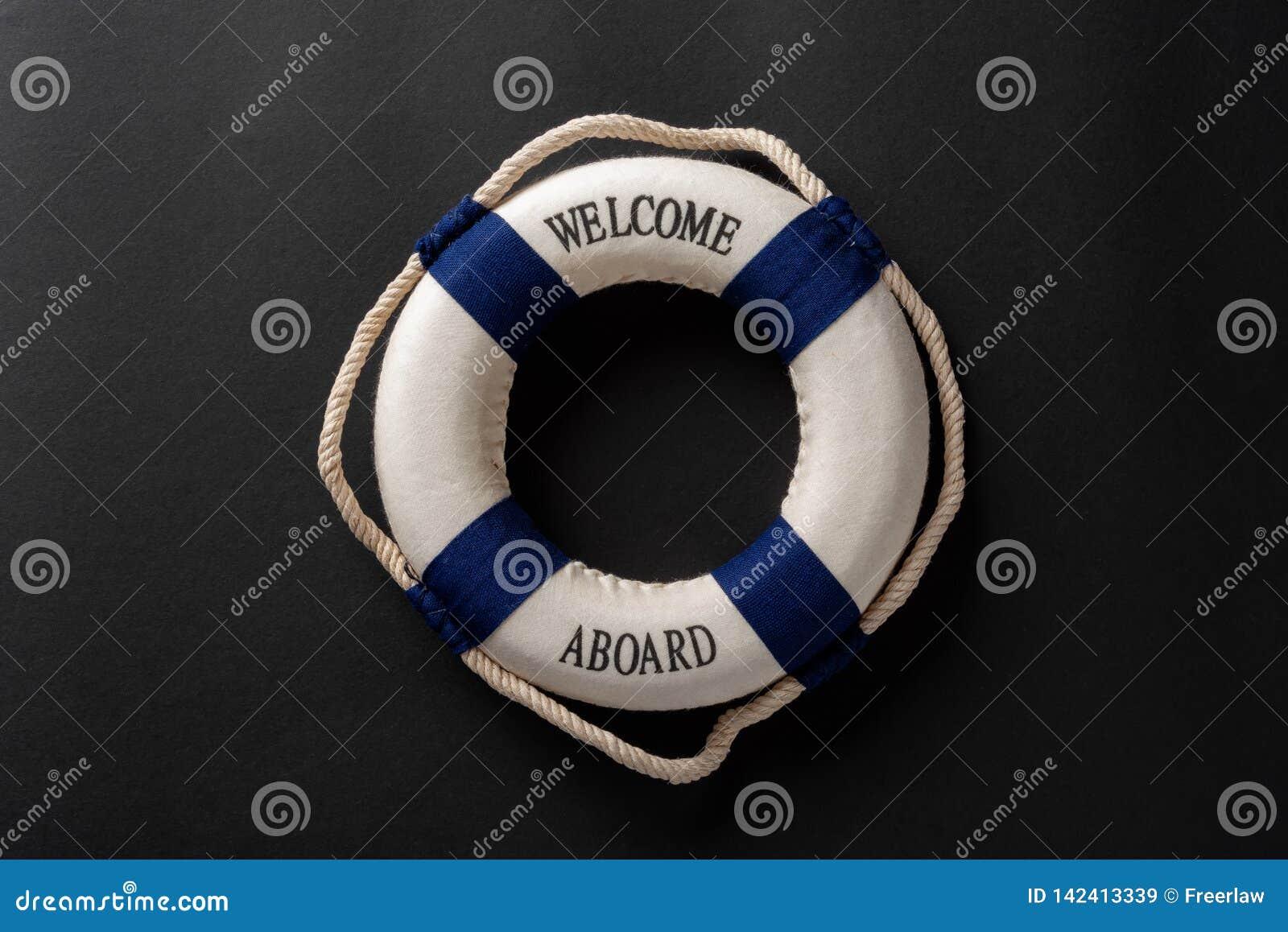 Salvagente scritto con il benvenuto a bordo su fondo scuro