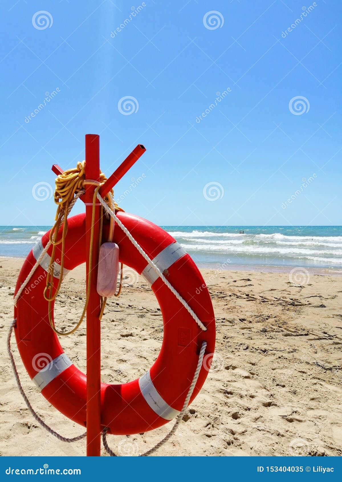 Salvagente su una spiaggia sabbiosa