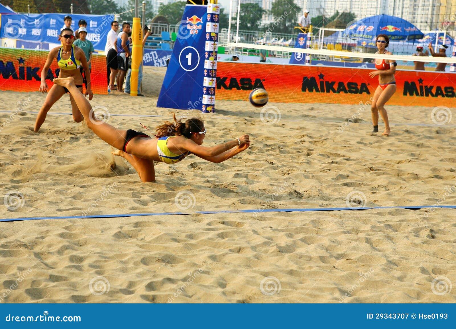 Salvaguardia del jugador de la mujer en partido de balonvolea de playa