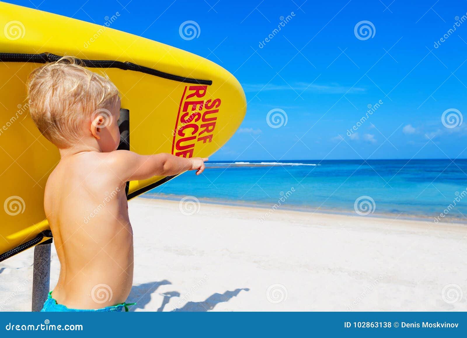 Foto Divertenti Bambini Al Mare salvataggio divertente della spuma sulla spiaggia fotografia