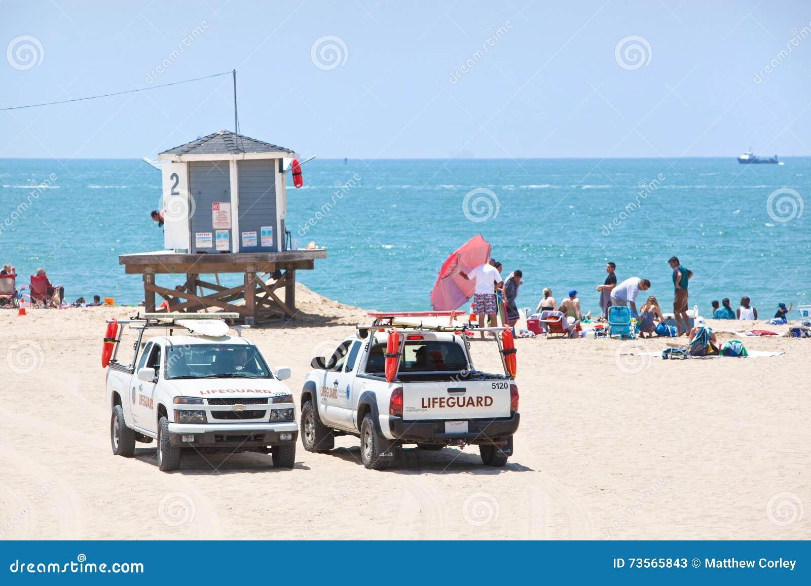 Salvavidas Trucks Parked por una torre de observación