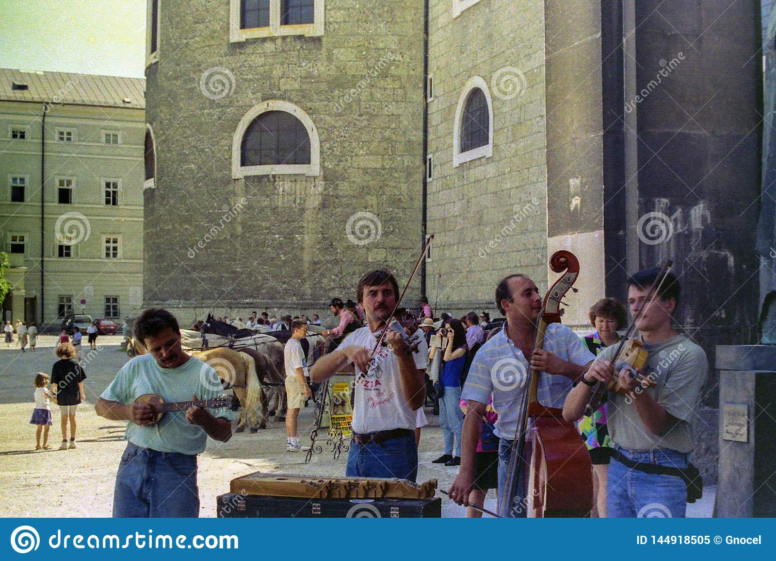 SALZBURG, AUSTRIA, 1988 - los músicos de la calle entretienen a turistas en la plaza principal de Salzburg