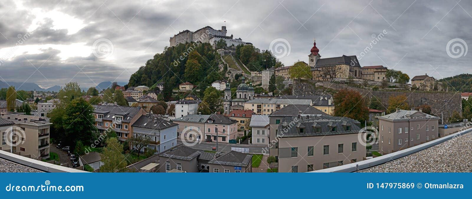 Salzburg horisont med Festung Hohensalzburg i sommar
