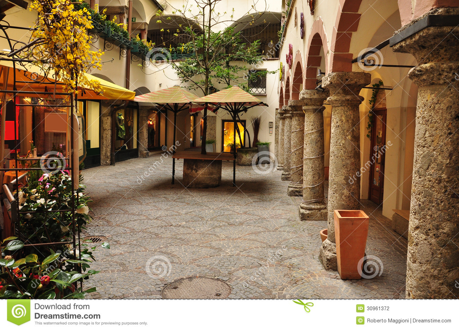Salzburg stary miasteczko, Austria. Wewnętrzny podwórze.