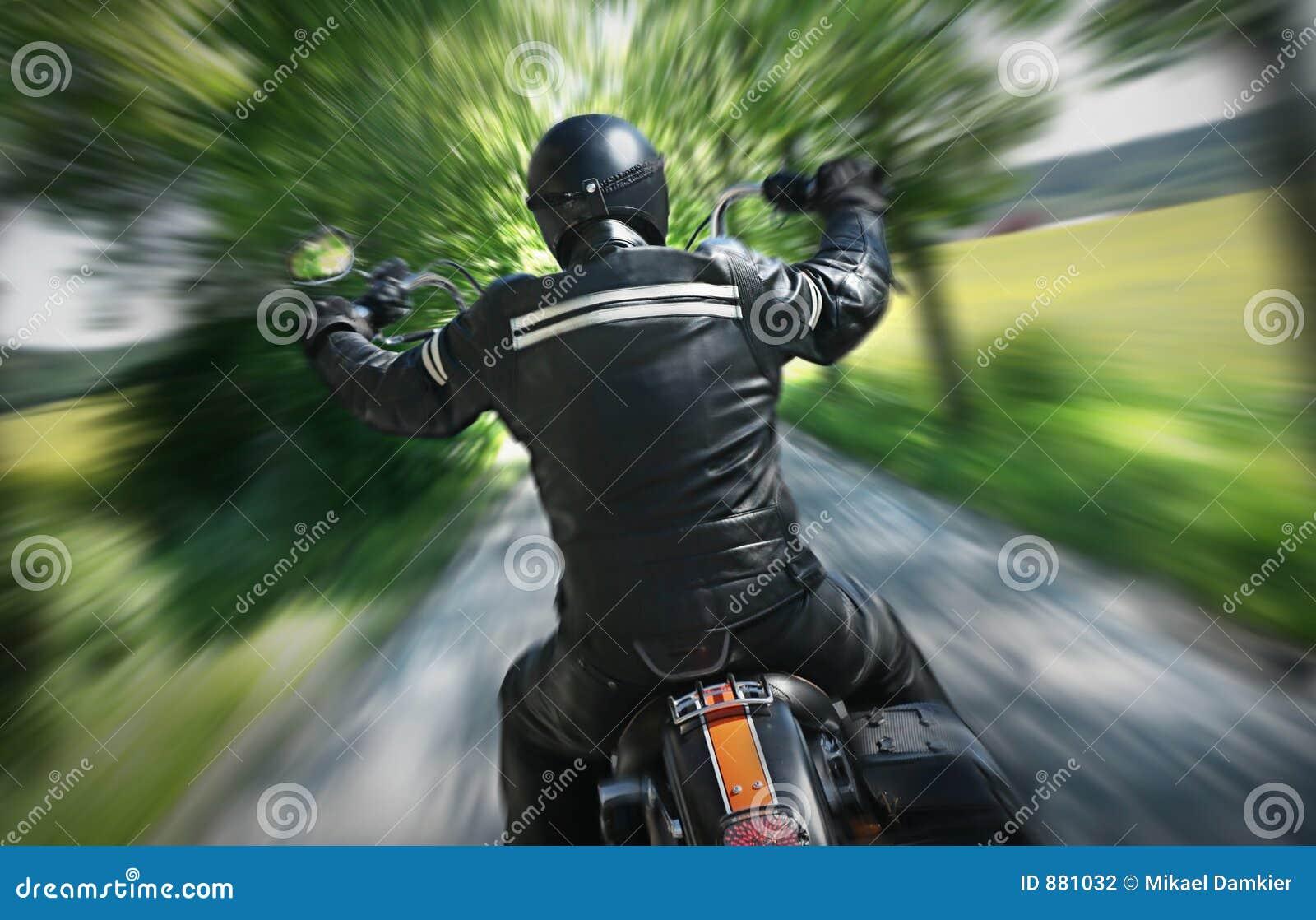 Sam jeździec motocykla