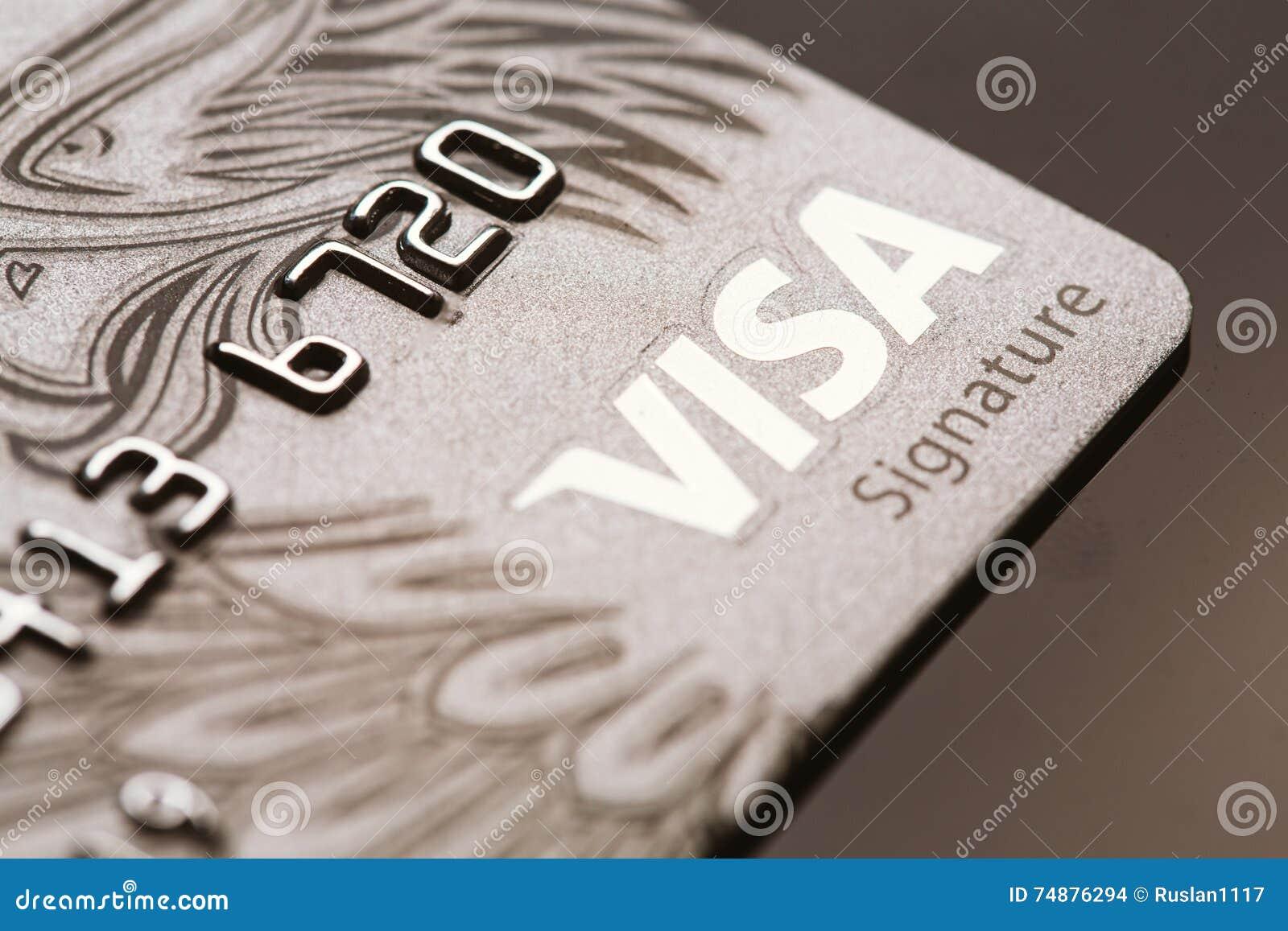 Samara, Rússia 25 de julho 2016: Close-up do cartão de crédito da assinatura do visto