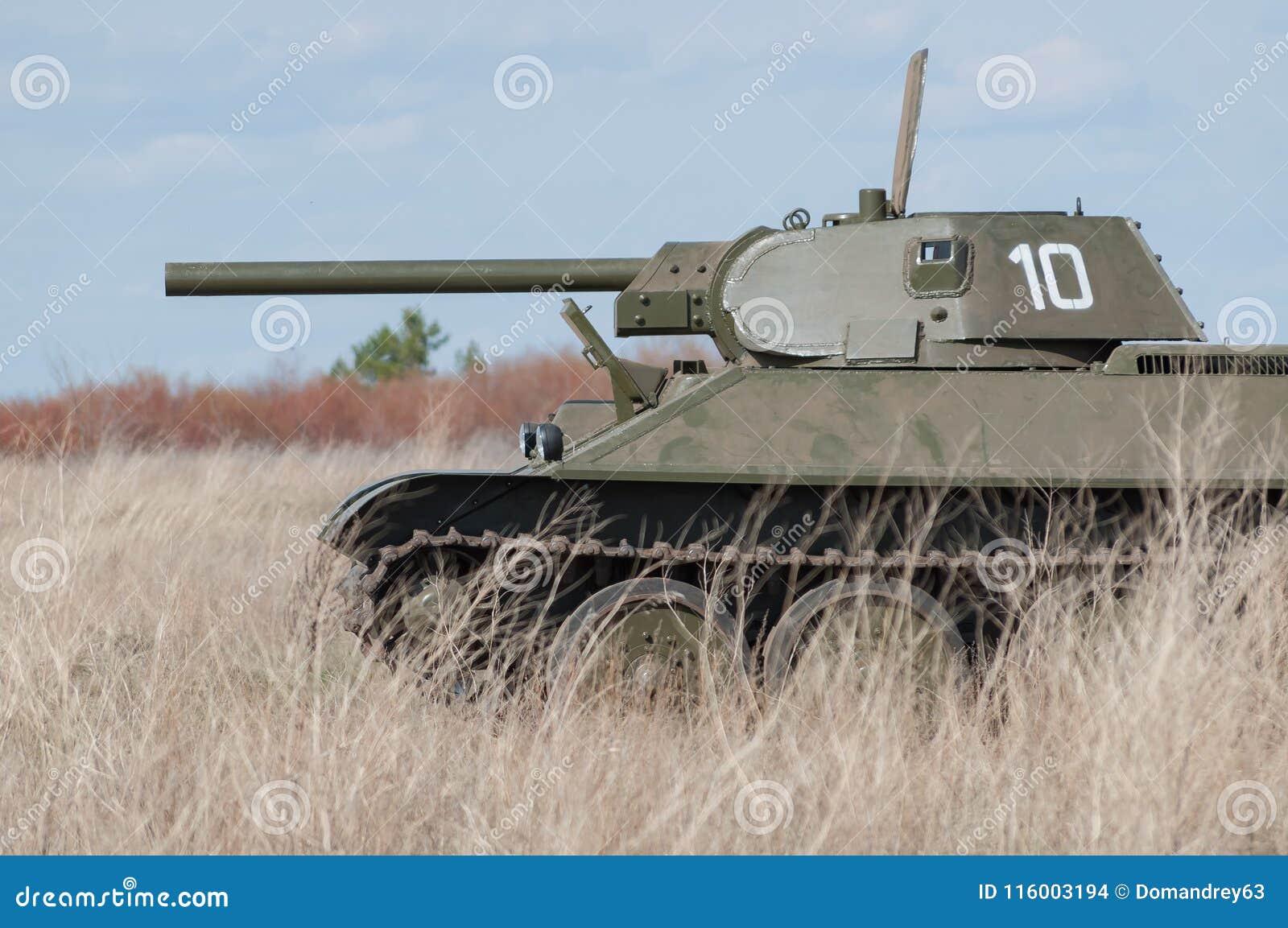 2018-04-30 Samara Region, Russie Modèle soviétique T-34 de réservoir Sur le champ de bataille Reconstruction des hostilités en av