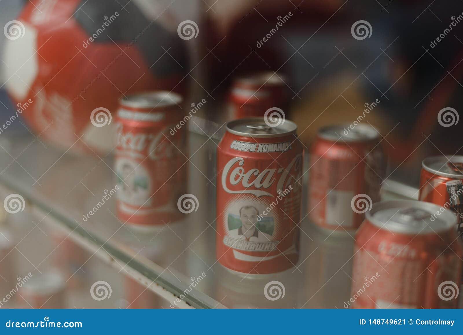 Samara Rusia 04 30 2019: latas del metal de Coca-Cola detr?s de la ventana Museo de la Coca-Cola