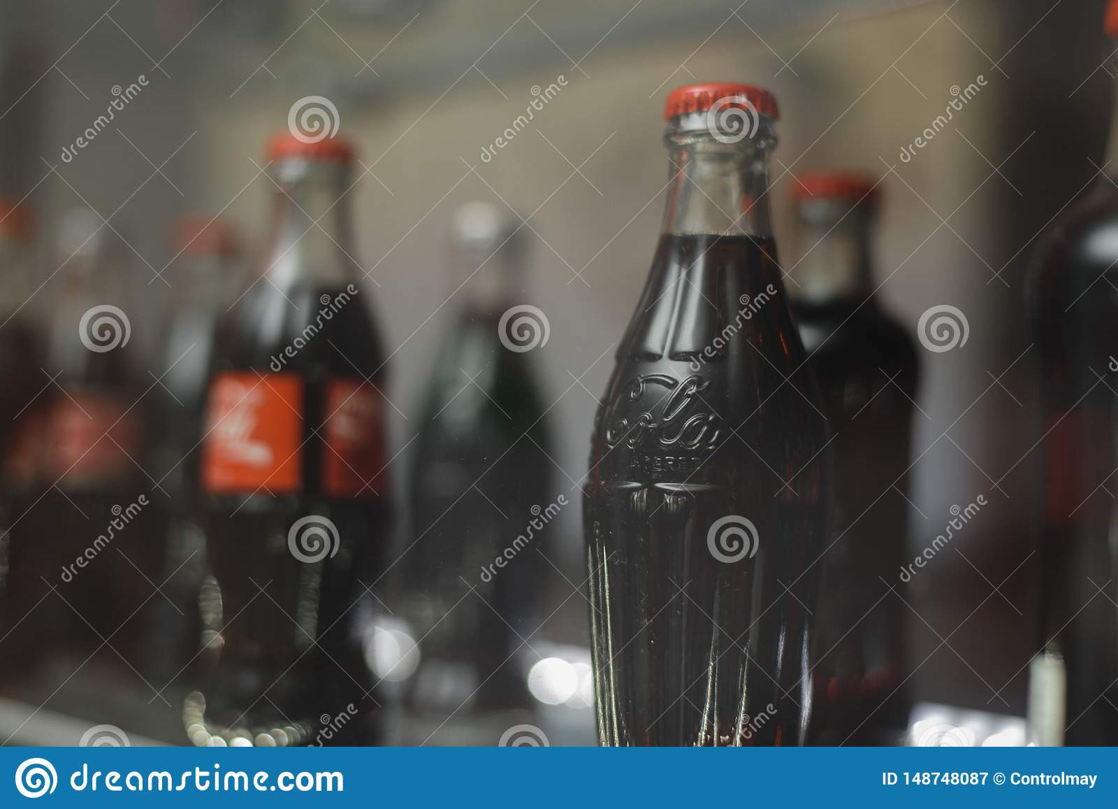 Samara Rusland 04 30 2019: glasfles coca-cola achter de showcase Coca-colamuseum
