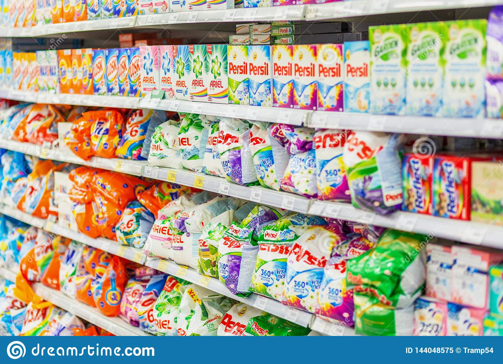 Samara, Styczeń 2019: wielki wybór detergenty na supermarkecie odkłada