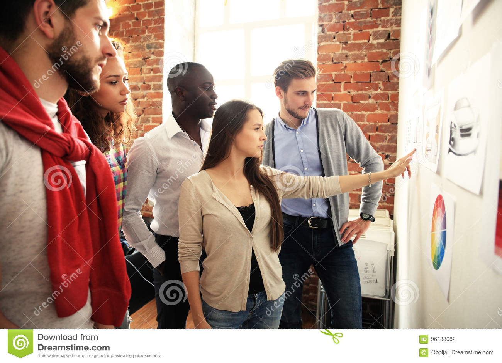 Samarbete är en tangent till bästa resultat Grupp av ungt modernt folk i smart för planläggningsaffär för tillfälliga kläder stra