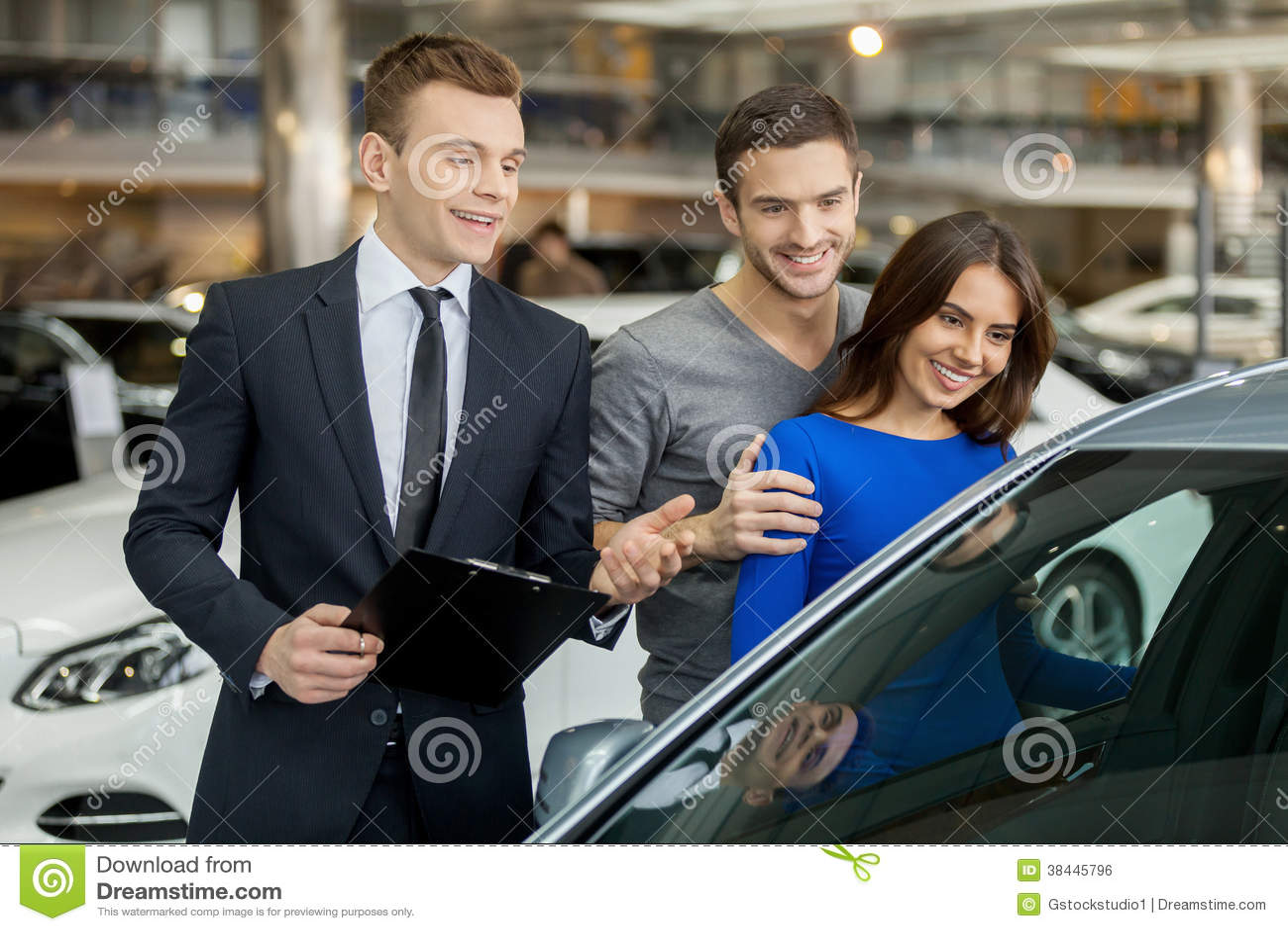 Samen Kopend Hun Eerste Auto Stock Foto Afbeelding Bestaande Uit