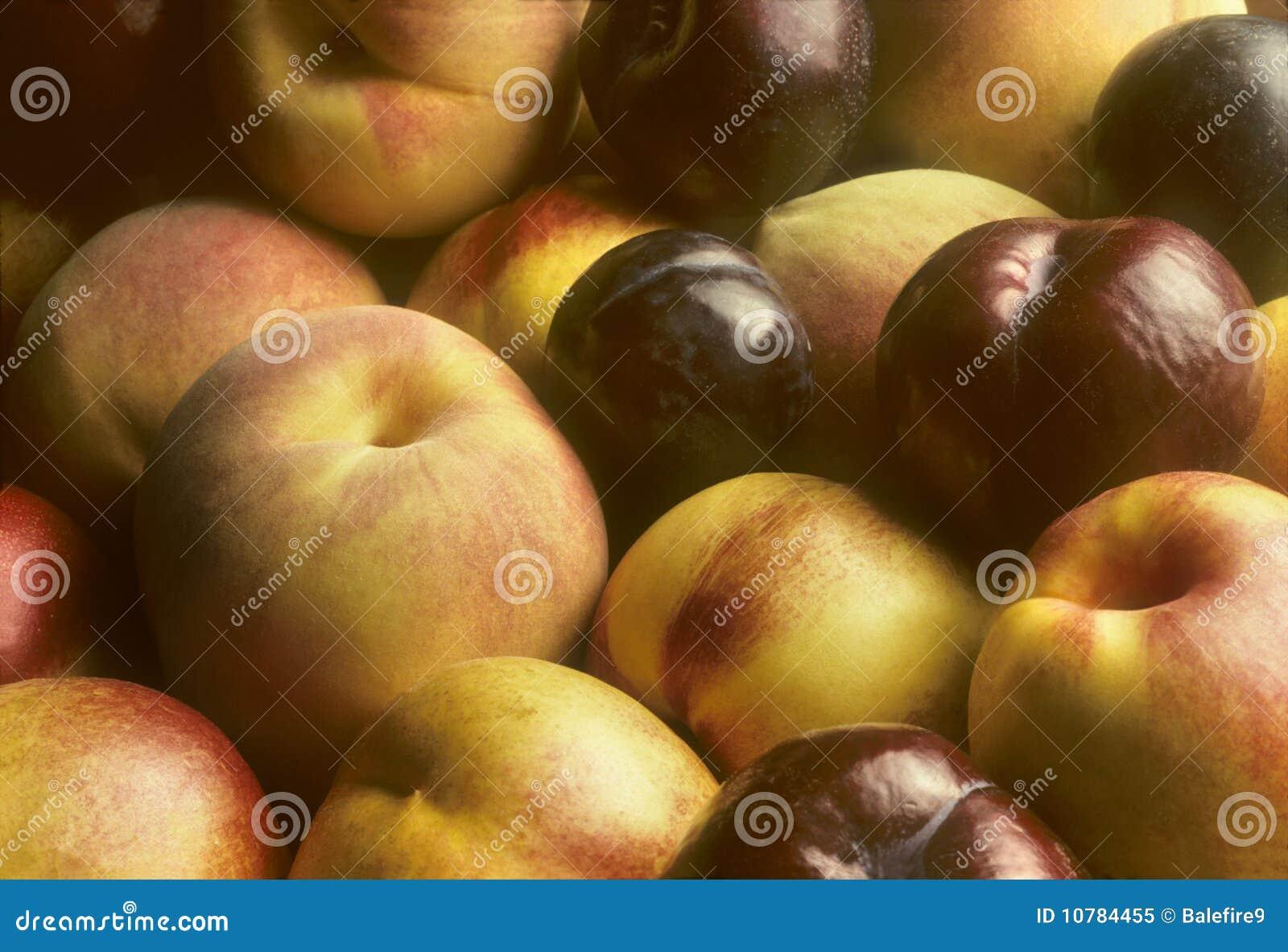 Samen opgestapelde pruimen, nectarines en perziken