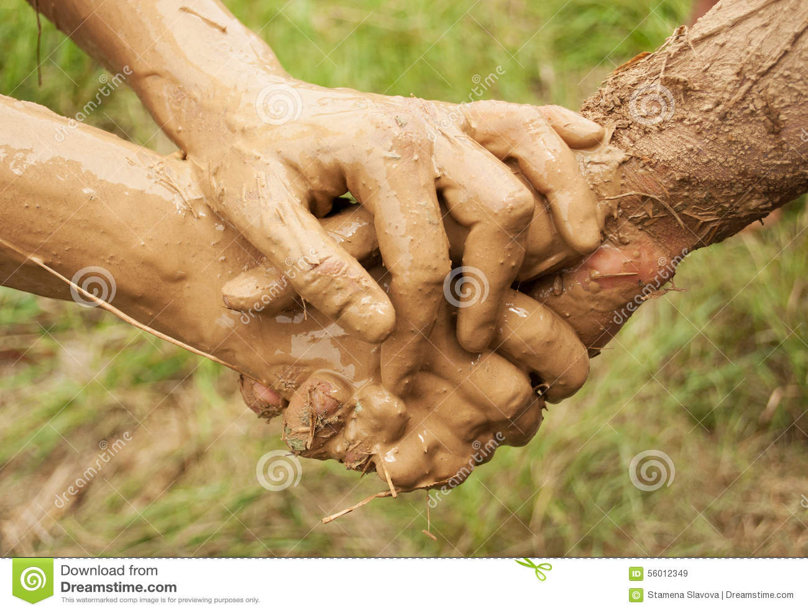 Samen verbonden modderhanden