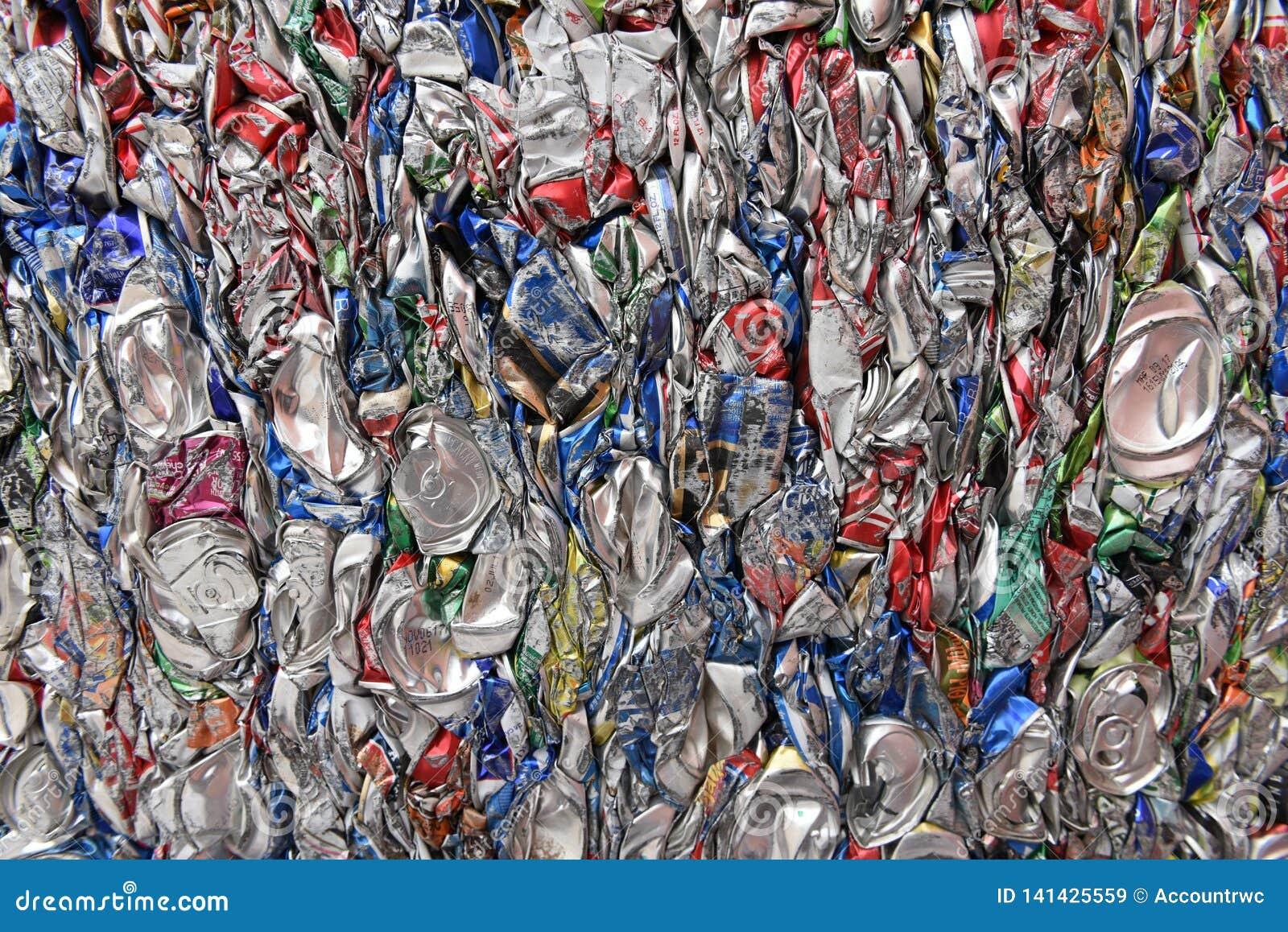 Samengeperst, verpletterd, brak, afgevlakte aluminiumsoda en bierblikken voor schroot recycling
