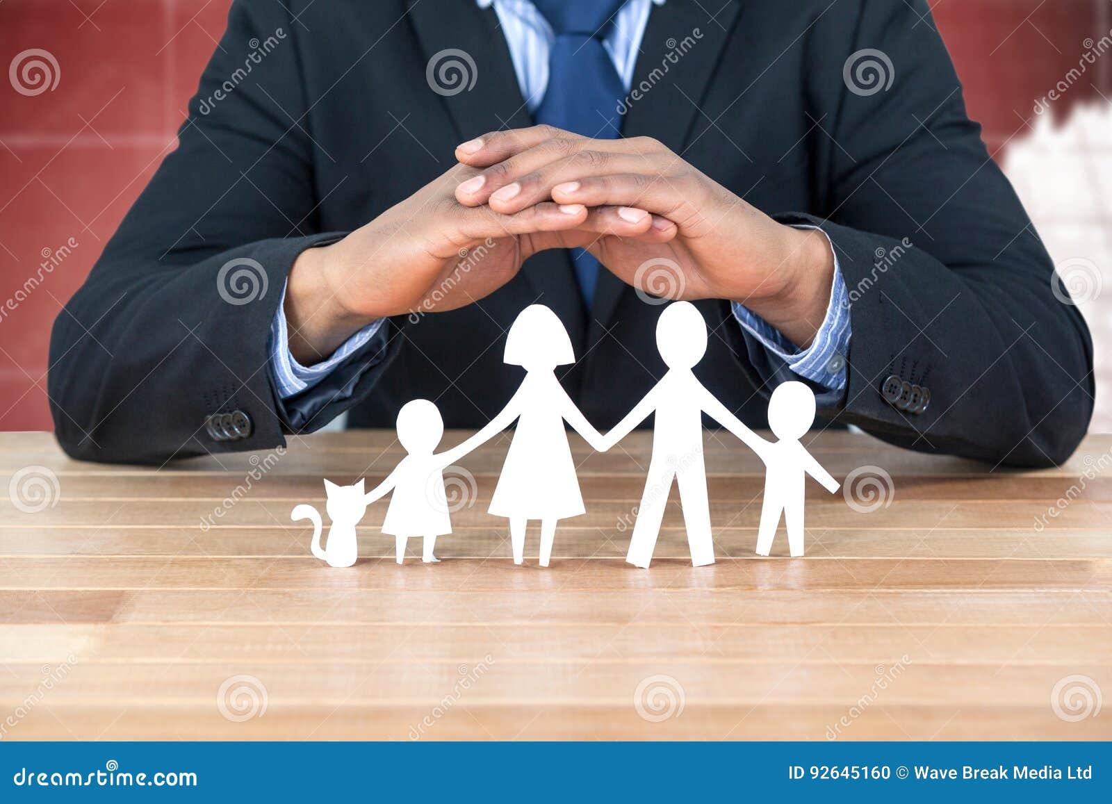 Samengesteld beeld die van borg familie in document met zijn handen beschermen