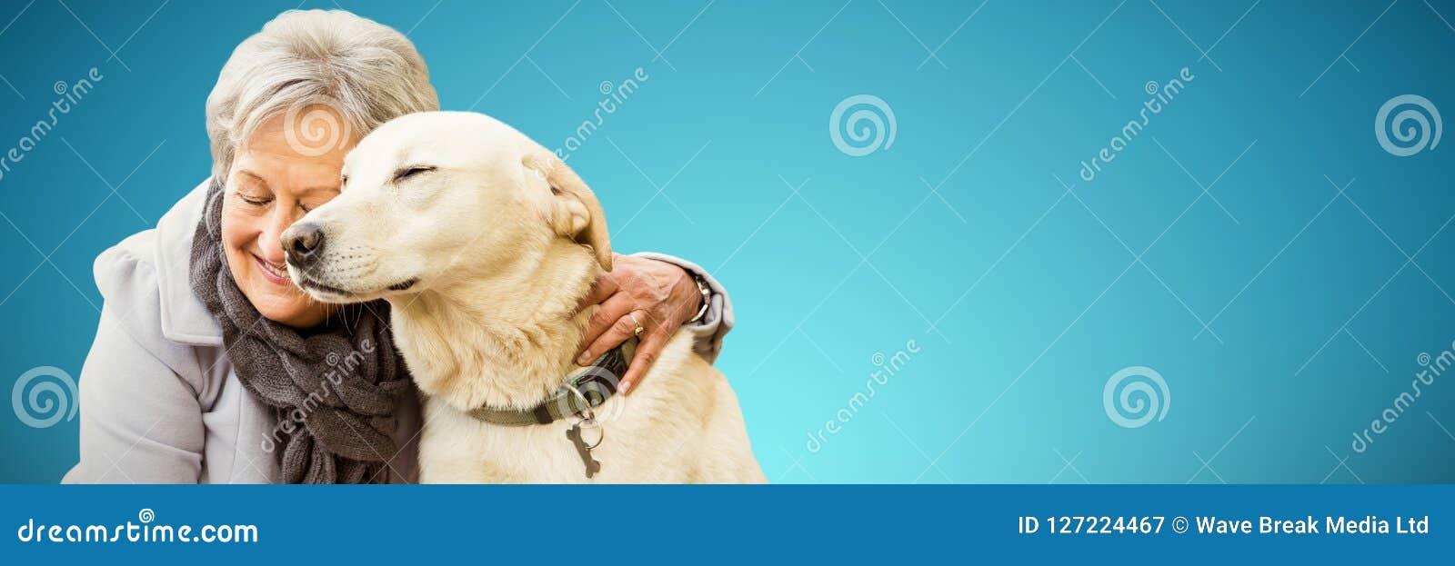 Samengesteld beeld die van hogere vrouw een hond houden