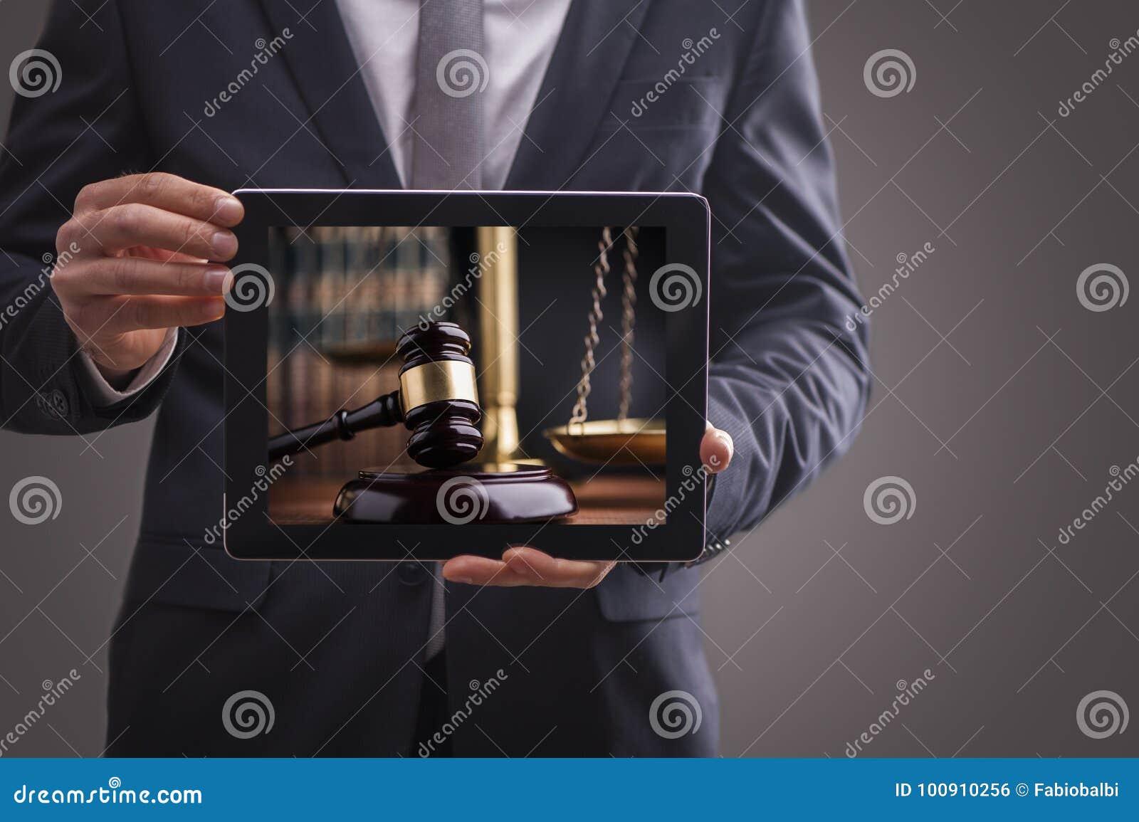 Samengesteld beeld van de mens die tabletpc met behulp van