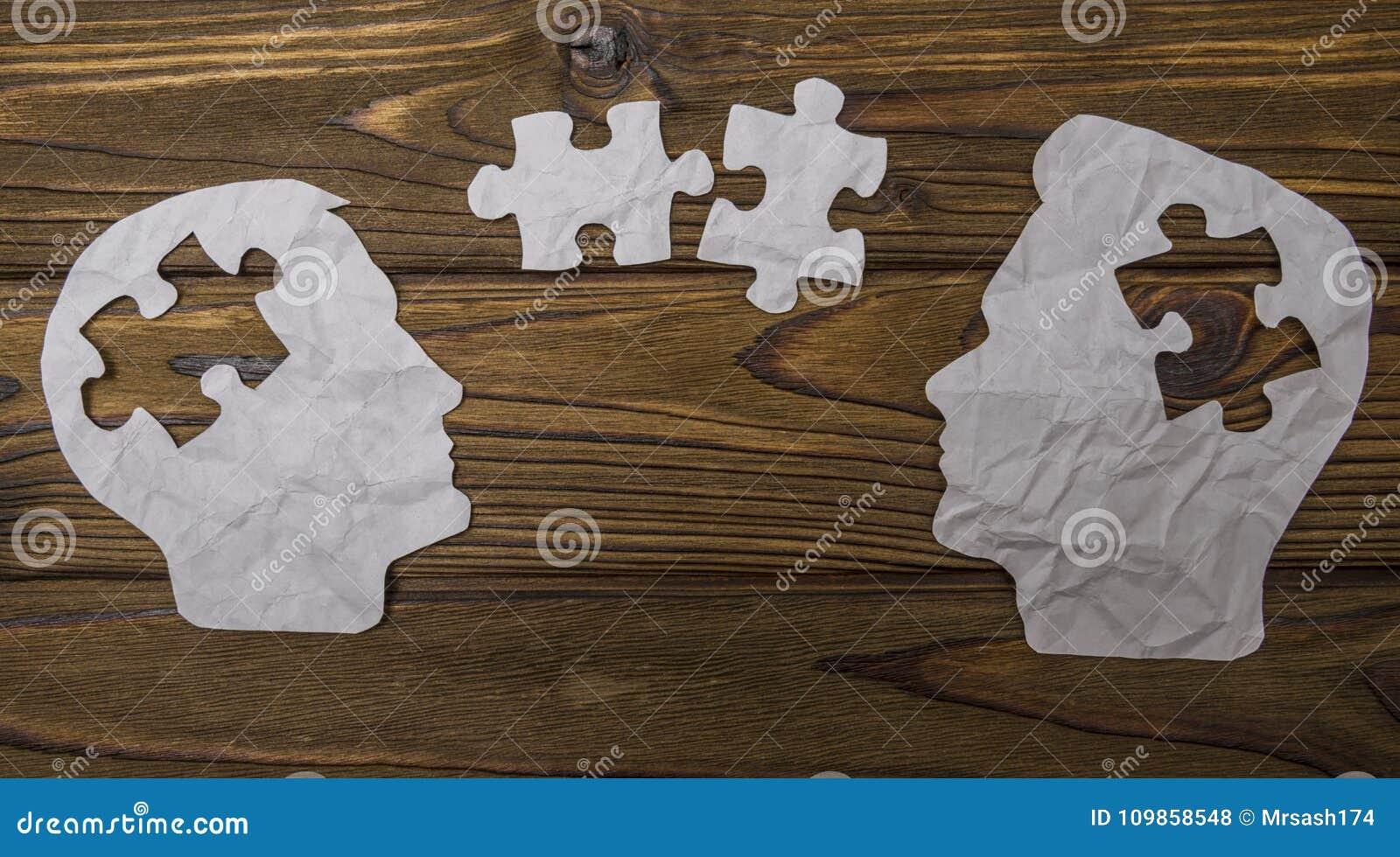 Samengesteld beeld van document in de vorm van twee hoofdsilhouetten op een houten achtergrond