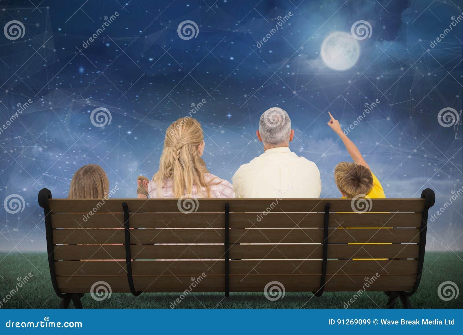 Samengesteld beeld van familie die op de maan letten