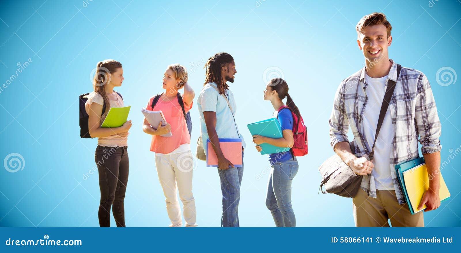 Samengesteld beeld van gelukkige studenten buiten op campus