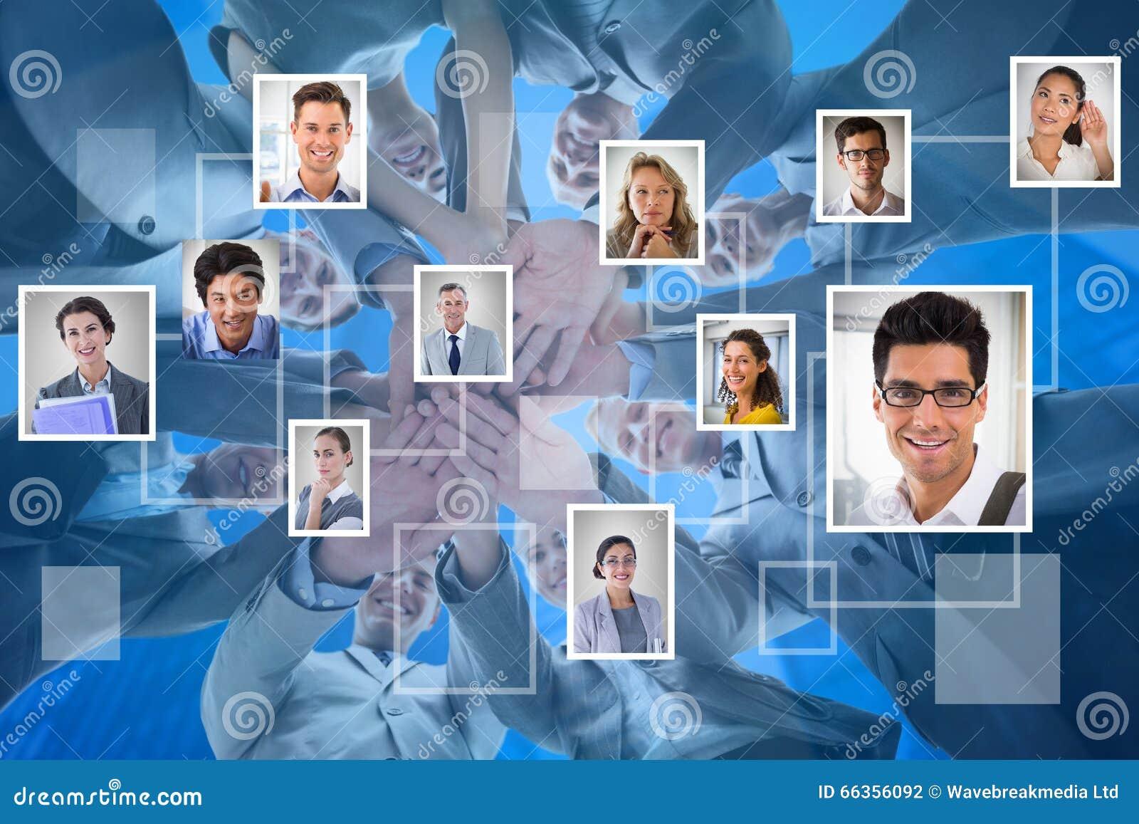 Samengesteld beeld van glimlachend commercieel team die in cirkelhanden zich verenigen