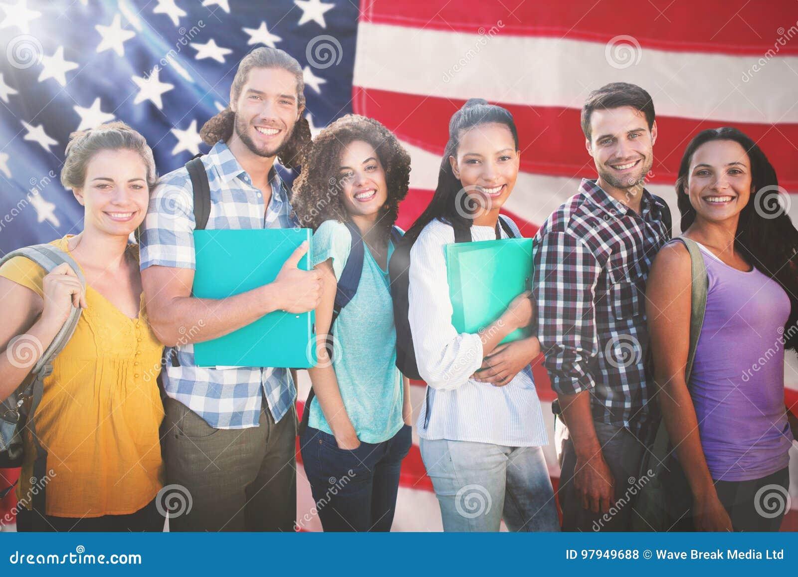 Samengesteld beeld van glimlachende groep studenten die zich op een rij bevinden