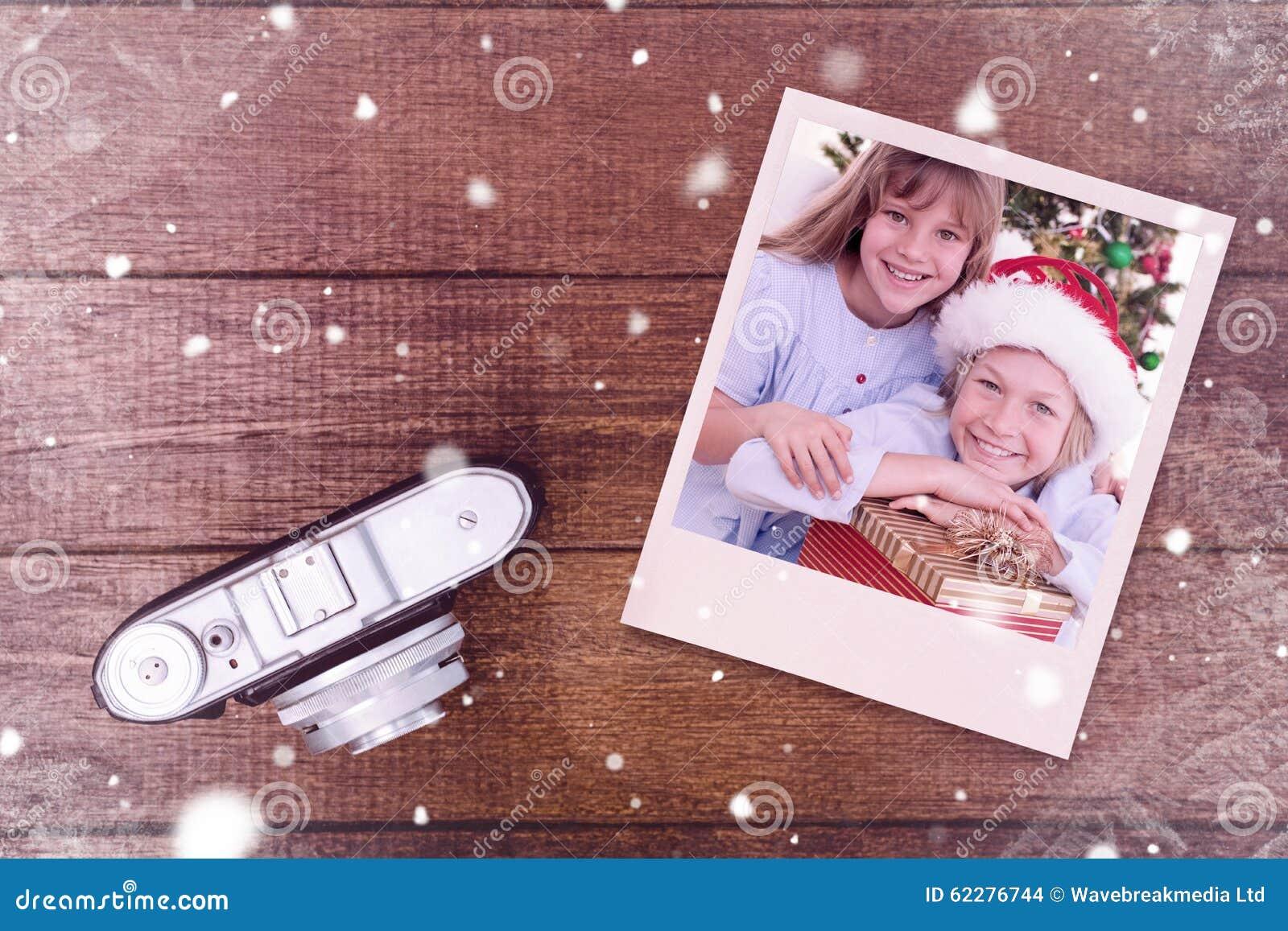 Samengesteld beeld van glimlachende siblings die Kerstmisgiften houden