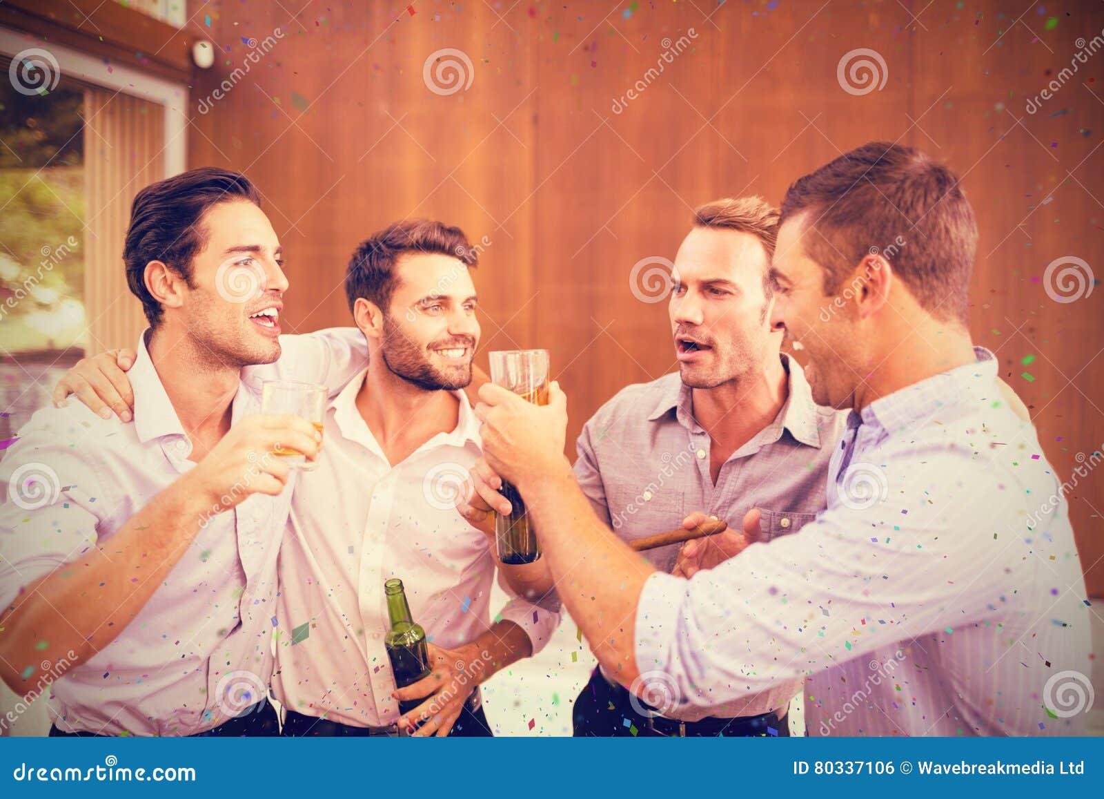 Samengesteld beeld van groep jonge mensen die dranken hebben