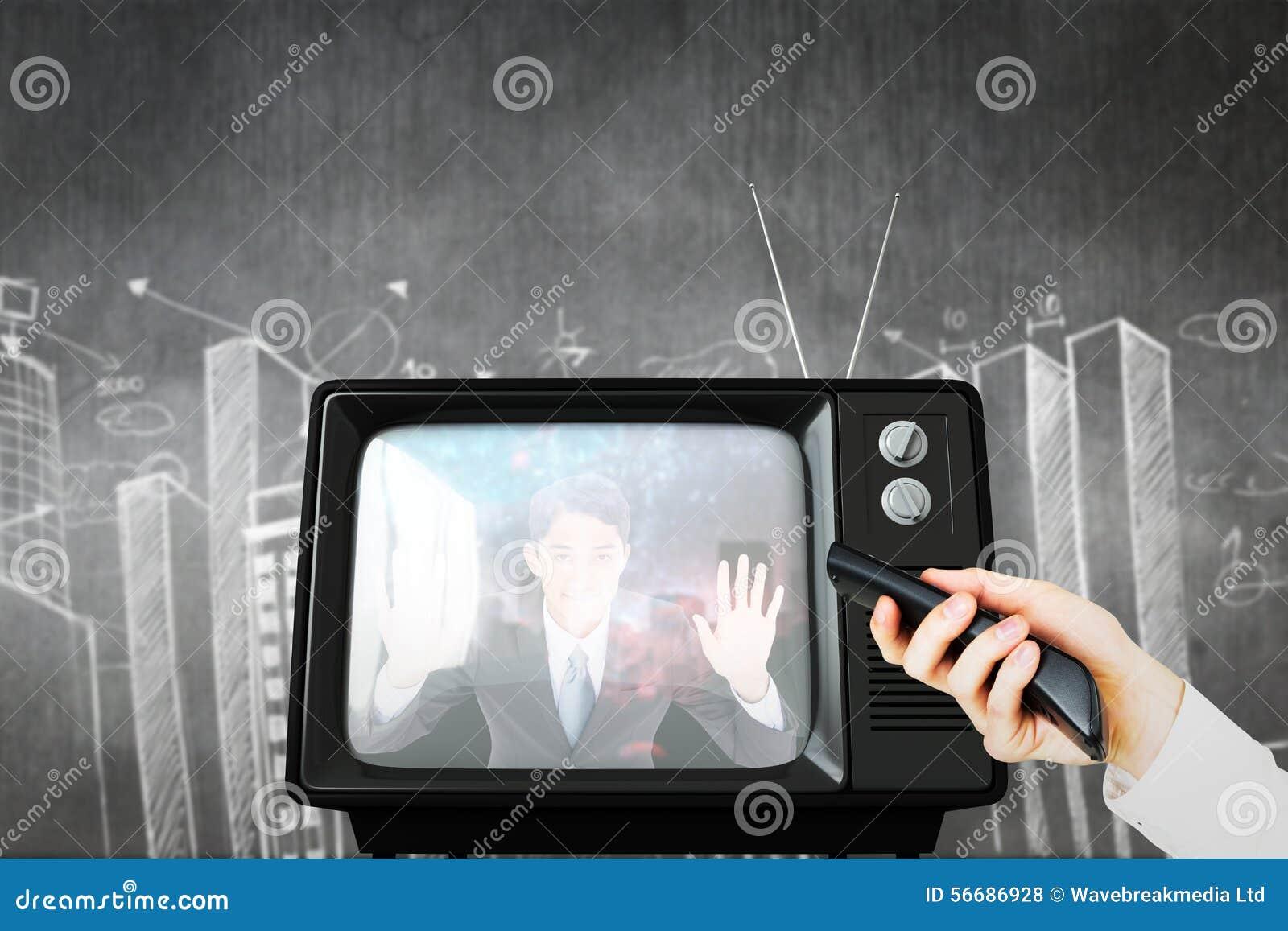 Samengesteld beeld van hand die afstandsbediening met behulp van