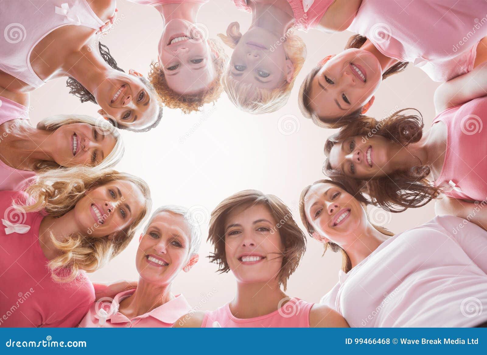 Samengesteld beeld van laag hoekportret van vrouwelijke vrienden ondersteunend borstkanker