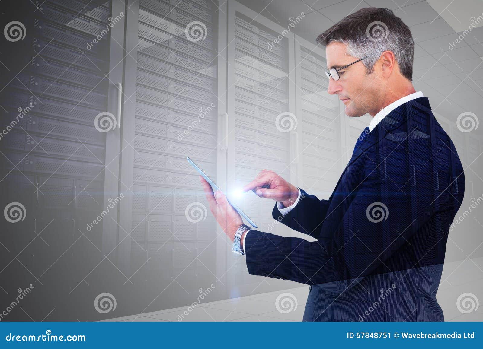 Samengesteld beeld van medio sectie van een zakenman wat betreft tablet