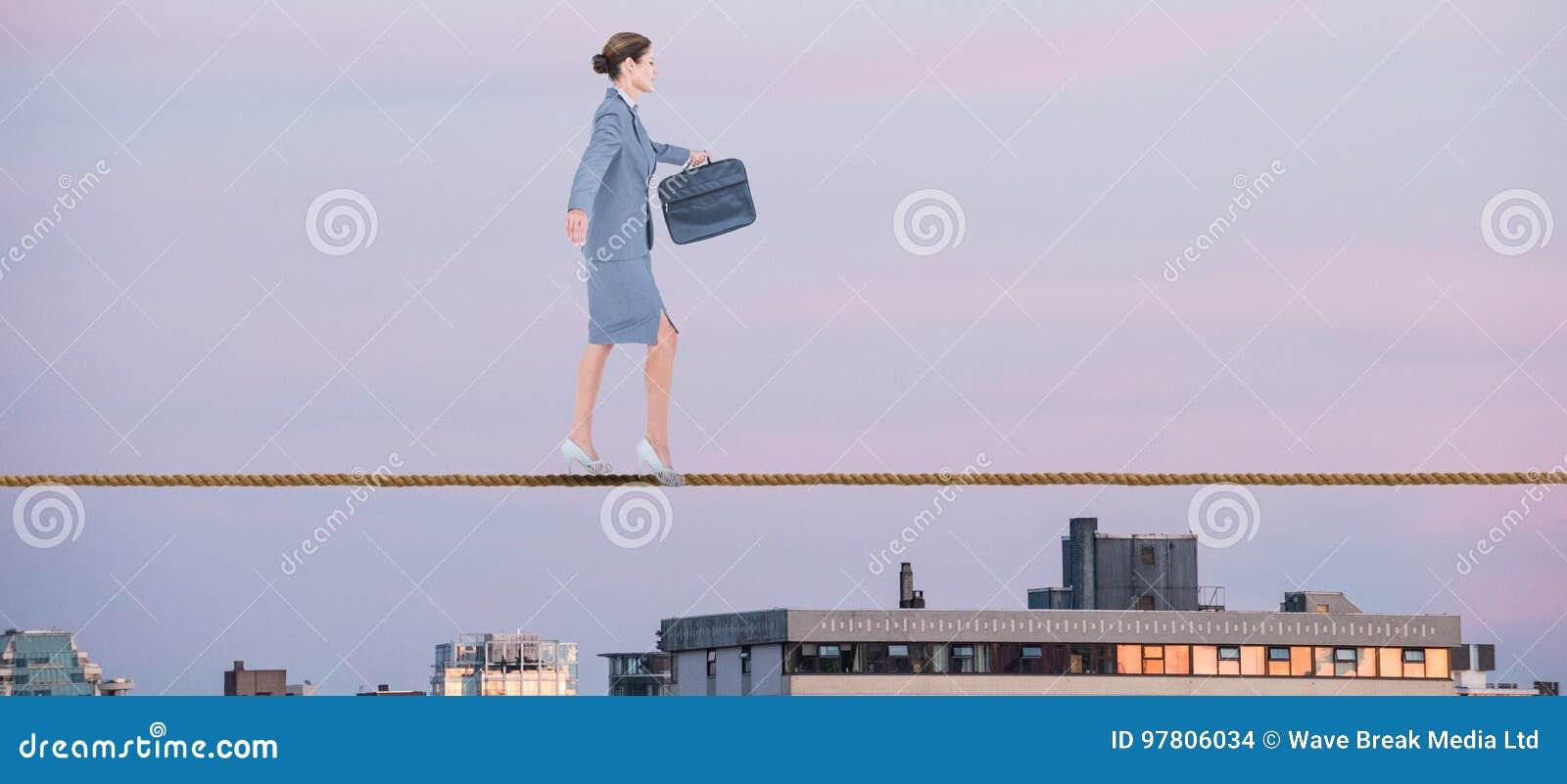 Samengesteld beeld van onderneemster die met aktentas over witte achtergrond lopen