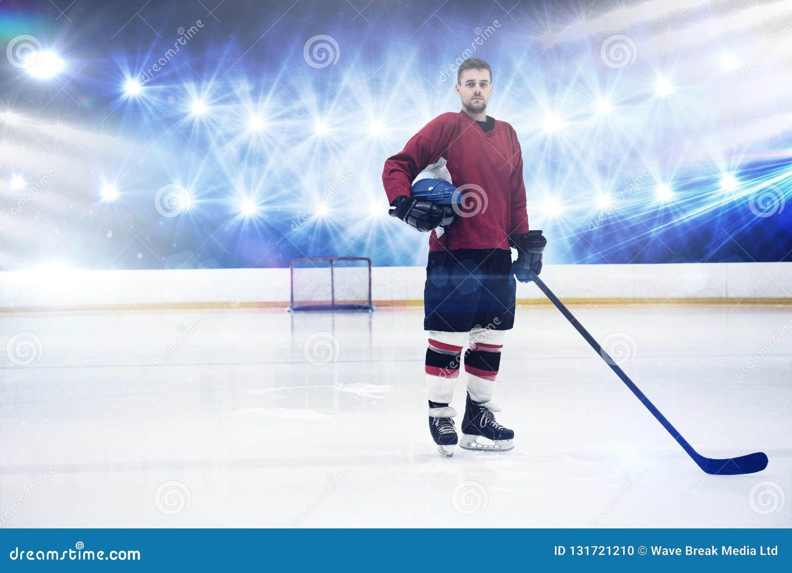 Samengesteld beeld van portret van de holdingshelm en stok van de ijshockeyspeler
