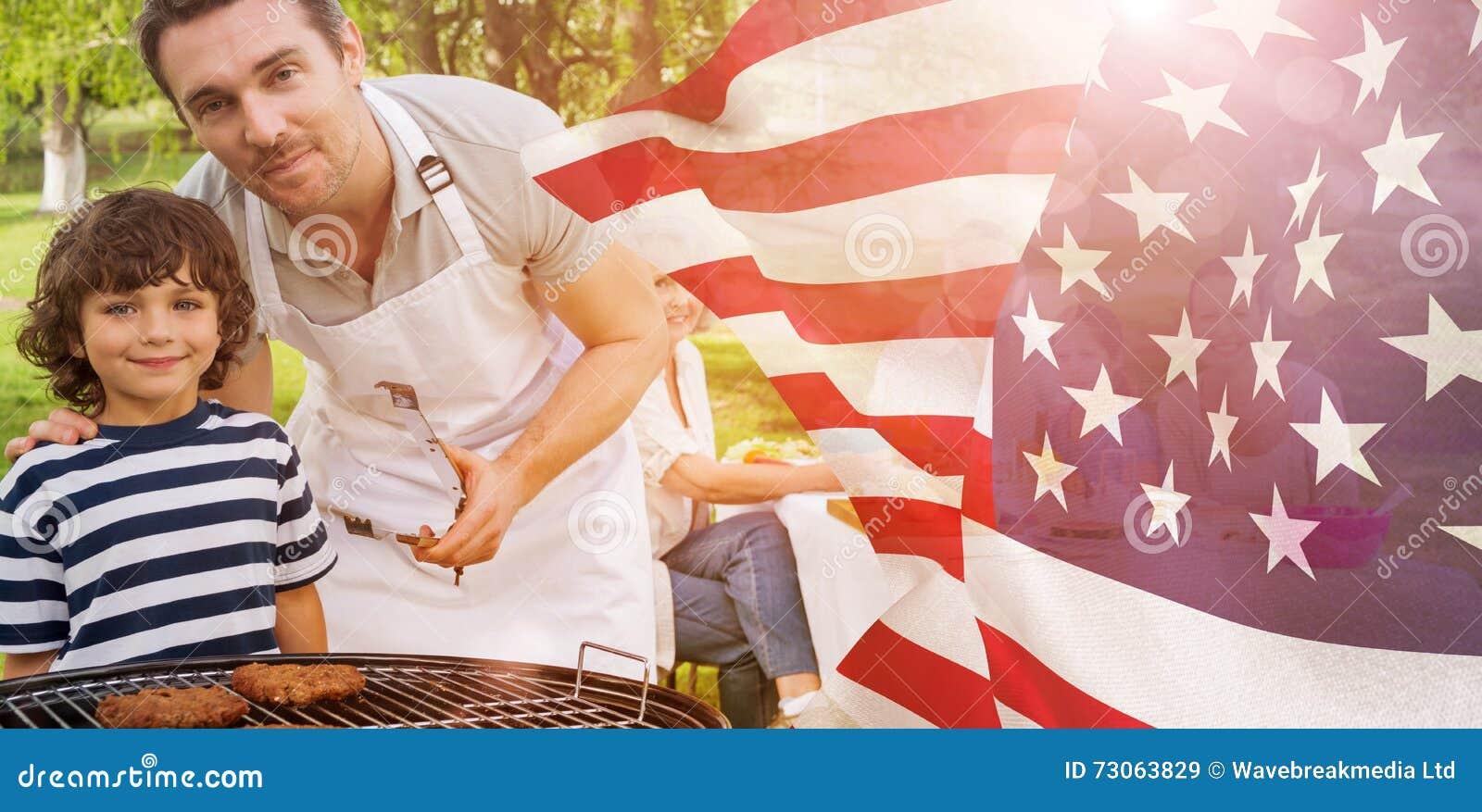 Samengesteld beeld van vader en zoon bij barbecuegrill met familie die lunch in park hebben