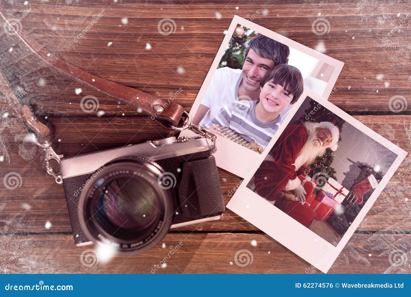 Samengesteld beeld van vader en zoon die een Kerstmisgift houden