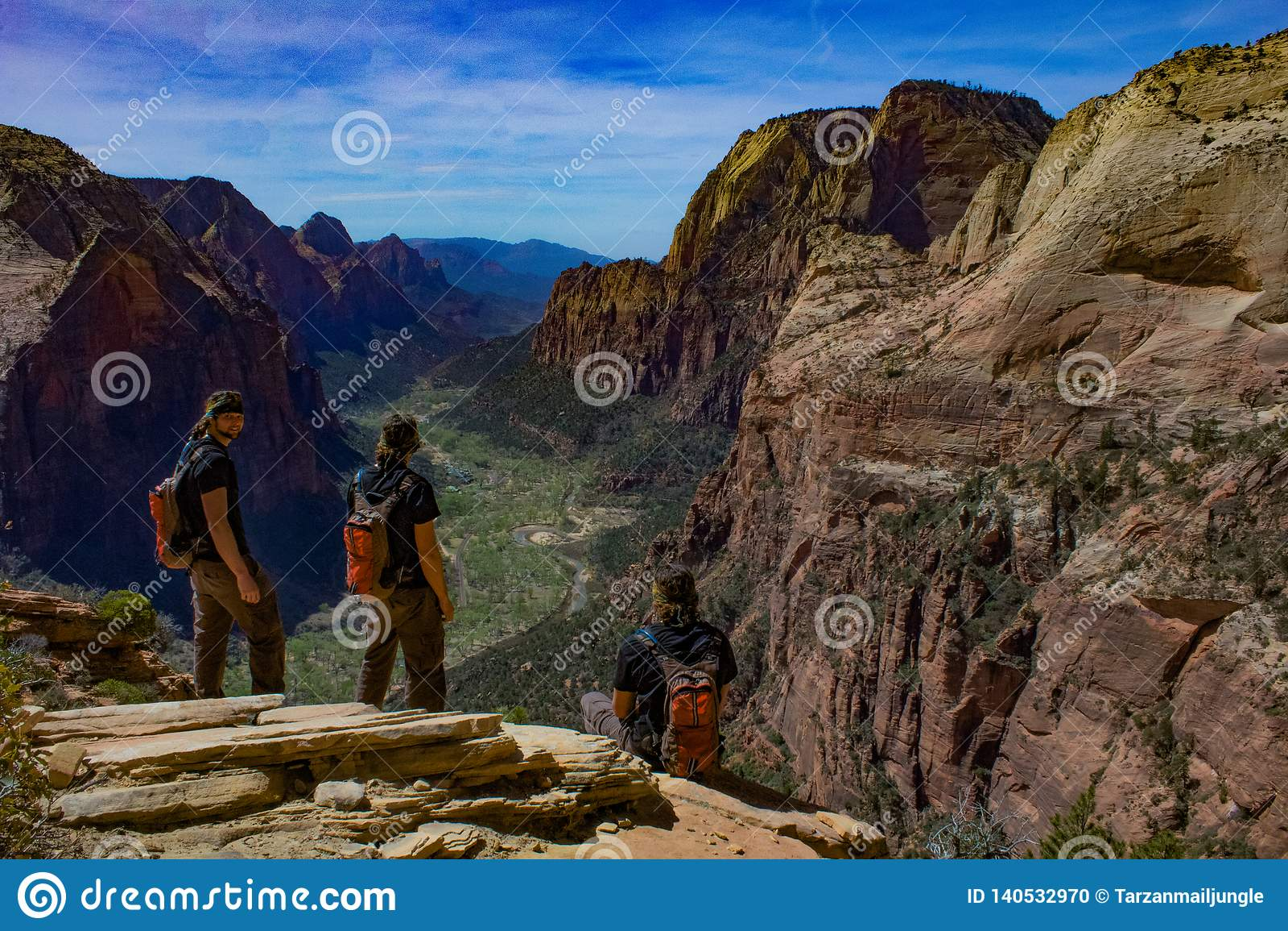 Samengestelde fotografie vanaf de bovenkant van het landen van de engel in Zion, Utah op een duidelijke heldere hemeldag