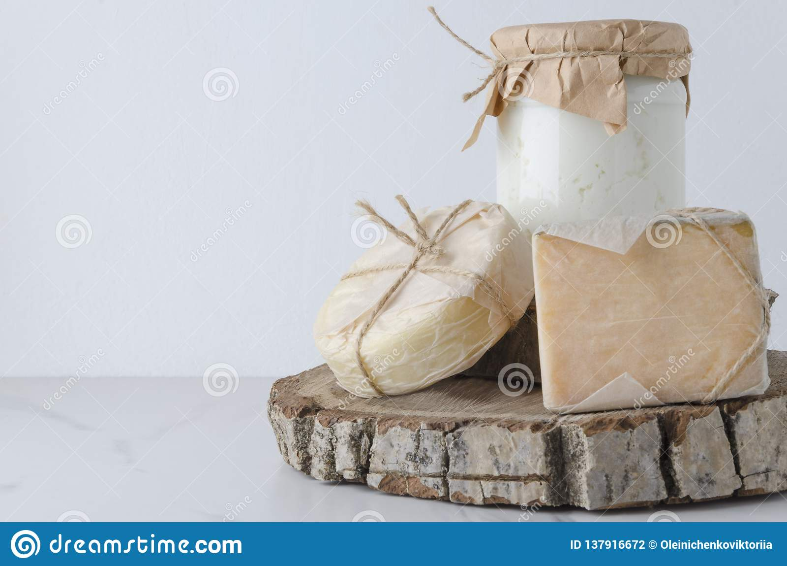 Samenstelling in de rustieke stijl van het land, stemming wordt gemaakt die Assortiment van traditionele soorten kaas op houten s