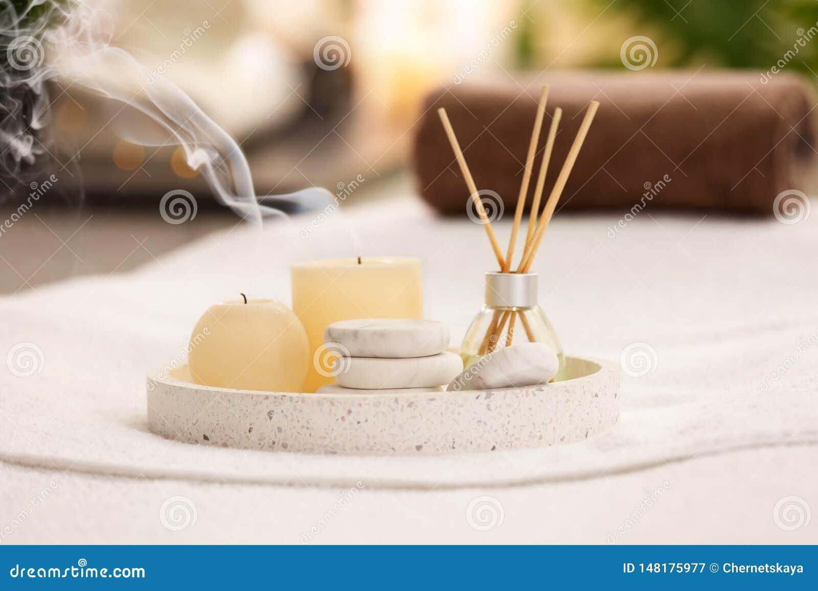 Samenstelling met de verfrissing, de kaarsen en de stenen van de rietlucht op massagelijst