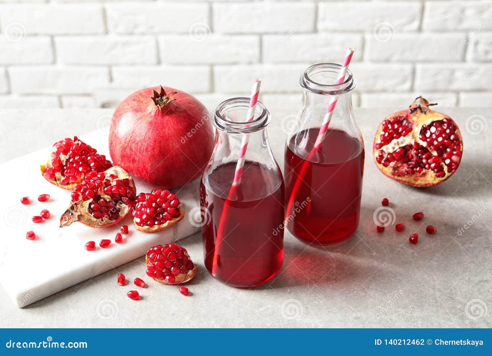 Samenstelling met flessen vers granaatappelsap