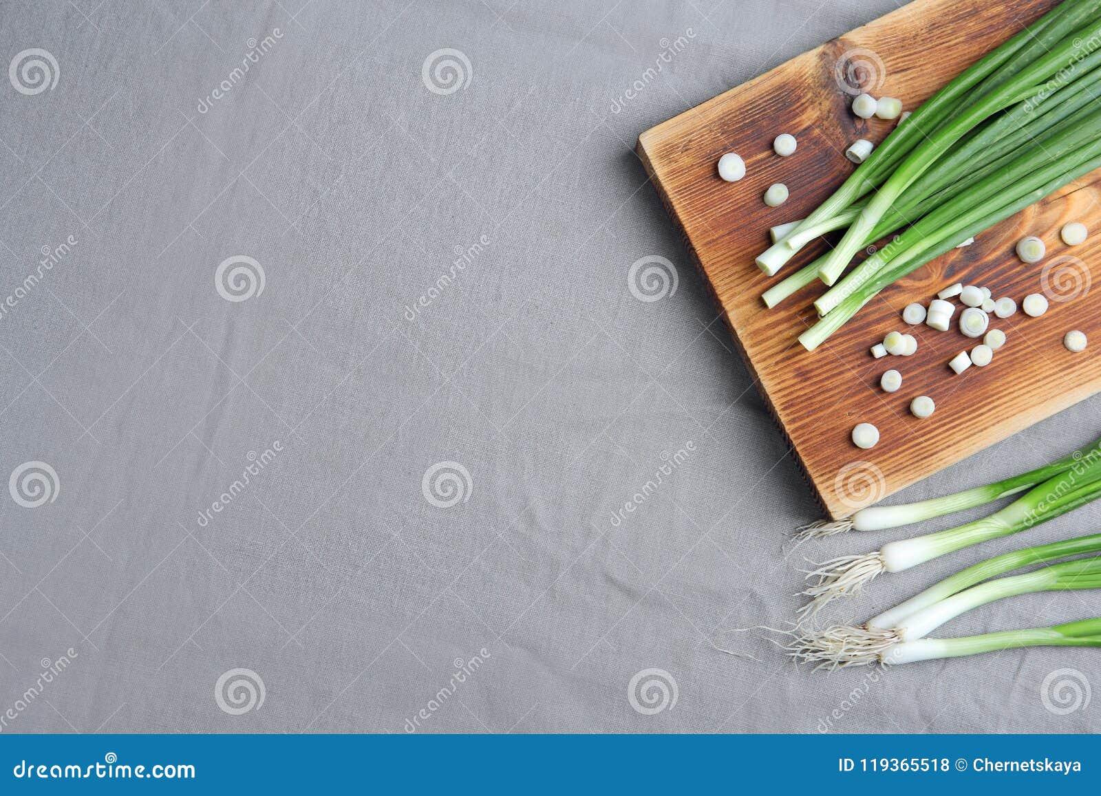 Samenstelling met verse groene ui op lijst, hoogste mening