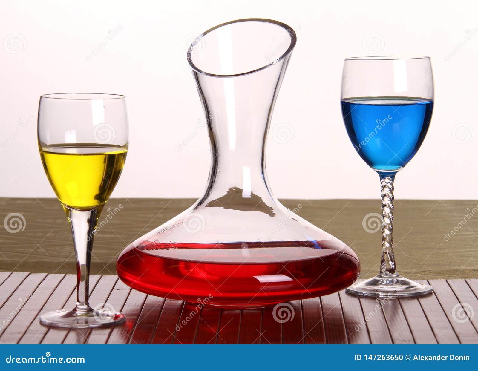 Samenstelling van 3 punten, een karaf en glazen