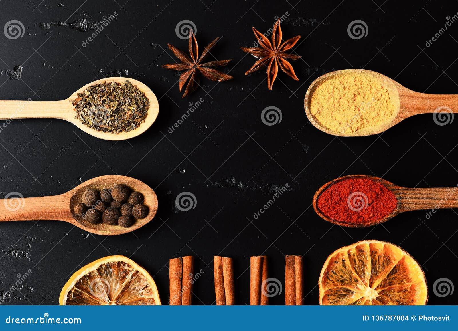 Samenstelling van specerij, hoogste mening Houten lepels met kruiden