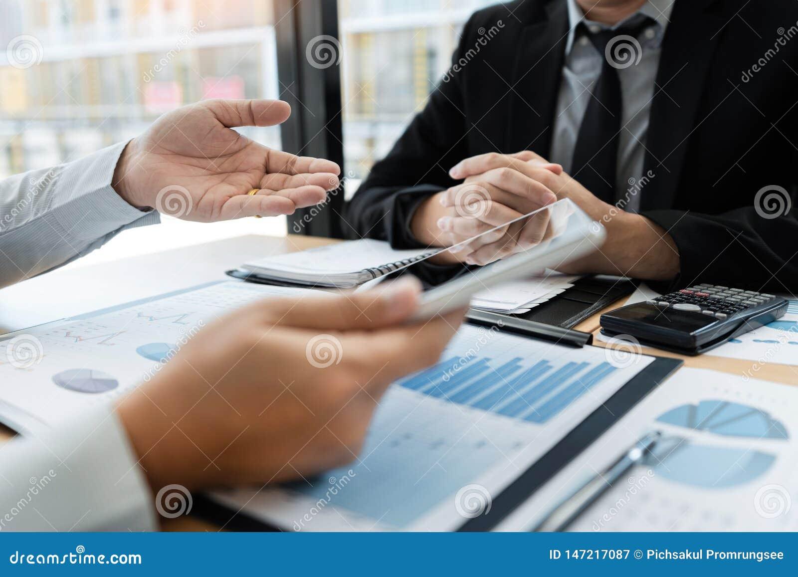 Samenwerkend in bureauconcept, jonge zakenlieden die touchpad digitale tablet gebruiken om de situatie op de markt te bespreken o
