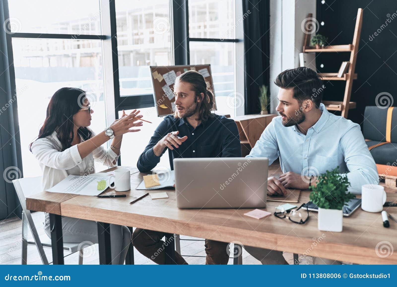 Samenwerking in actie Groep jonge moderne mensen in slimme cas