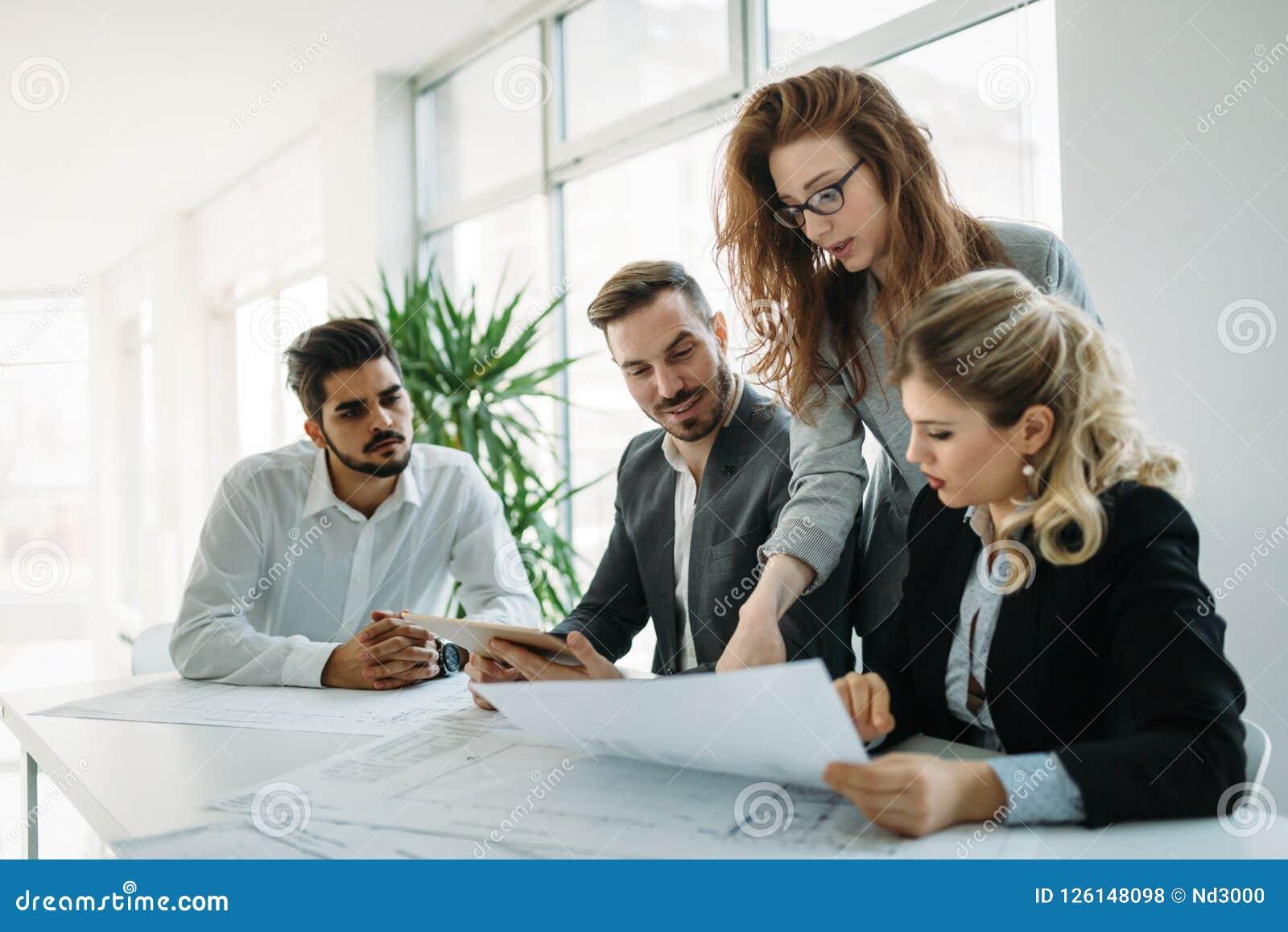 Samenwerking en analyse door bedrijfsmensen die in bureau werken